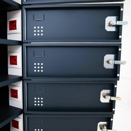 Zoom de la porte de intérieure et de la prise dans chaque casier de l'armoire sécurisée pour ordinateurs portables