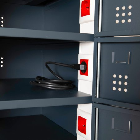 Zoom de la prise électrique présente dans chaque casier de l'armoire sécurisée pour ordinateurs portables