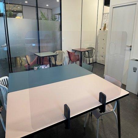 Séparateur en plexiglas pour table de restaurant